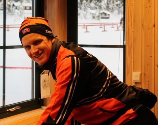 Nils Einar Mæhlum gir smøretips til deltagerne i Romjulsrennet Sjusjøen