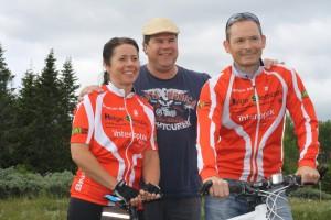 På bildet ser du Dorte Finstad, Lars Freng og Arnfinn Bøe som sammen med resten av rittkomiteen ønsker alle deltagere velkommen til Sjusjørittet.